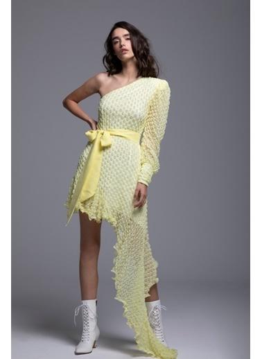 Tuba Ergin Asimetrik Tek Kol Kemer Detaylı Seddy Elbise Sarı